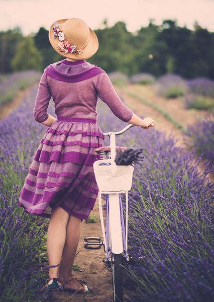 Почтовая открытка Девушка в лавандовом поле
