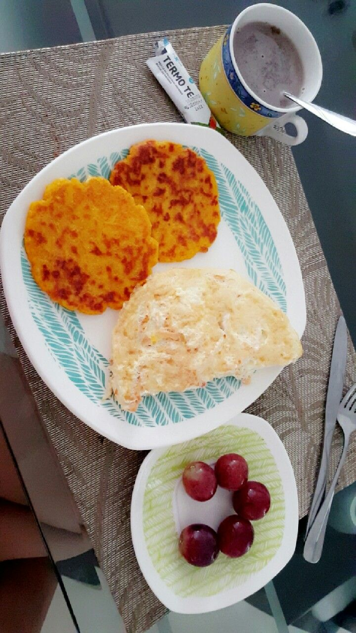 Desayuno: Arepa de harina integral (hecha con agua de zanahoria ) y queso. Claras de huevo con pollo y uvas. Delicioso