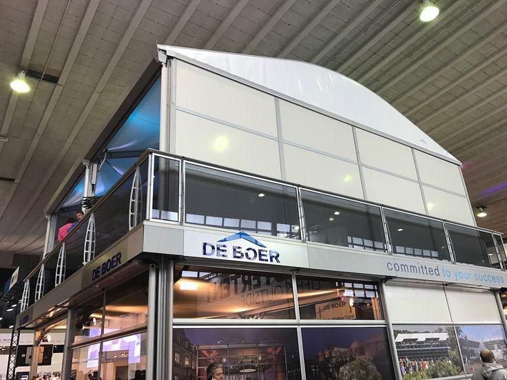 Messelocation: Einige Seitenflächen sind offen als Eingang oder im Balkonstil. Andere sind verglast oder mit Sichtschutz versehen.