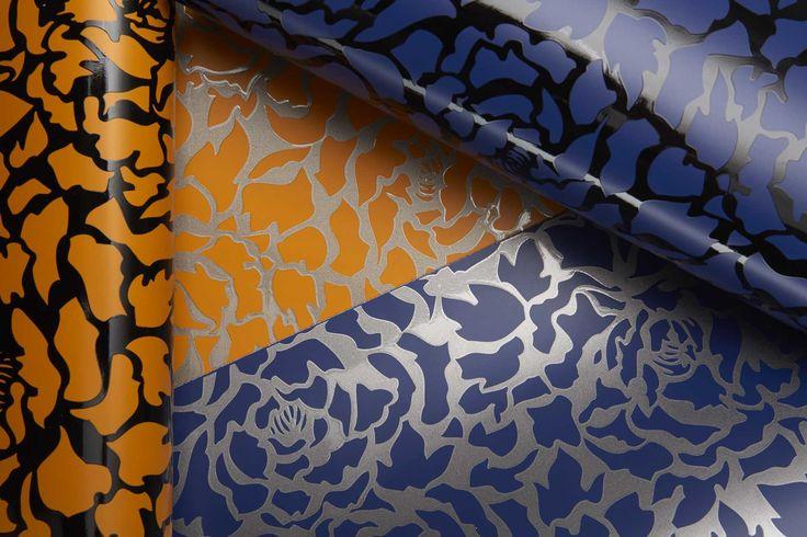 Stampa a rilievo con vernici a spessore sia lucide che opache, colorate, trasparenti e con effetti speciali // Serikor prints using special thick coatings: colored, glossy, matt and transparent paints on both white and colored leathers