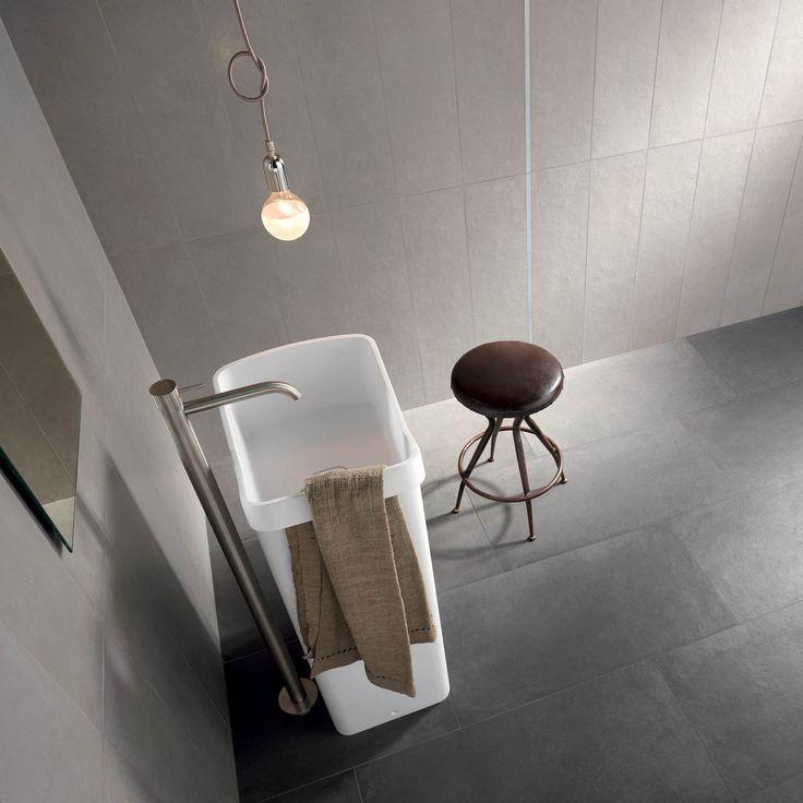 Design minimale e colori neutri per questo #bagno realizzato con DOCKS #abkemozioni. Grey, una gradazione piena e decisa, per le #pareti e Black, tono intenso e marcato, per il #pavimento. #ceramic #tiles #floor #wall #gres #porcellanato #bathroom #homedesign