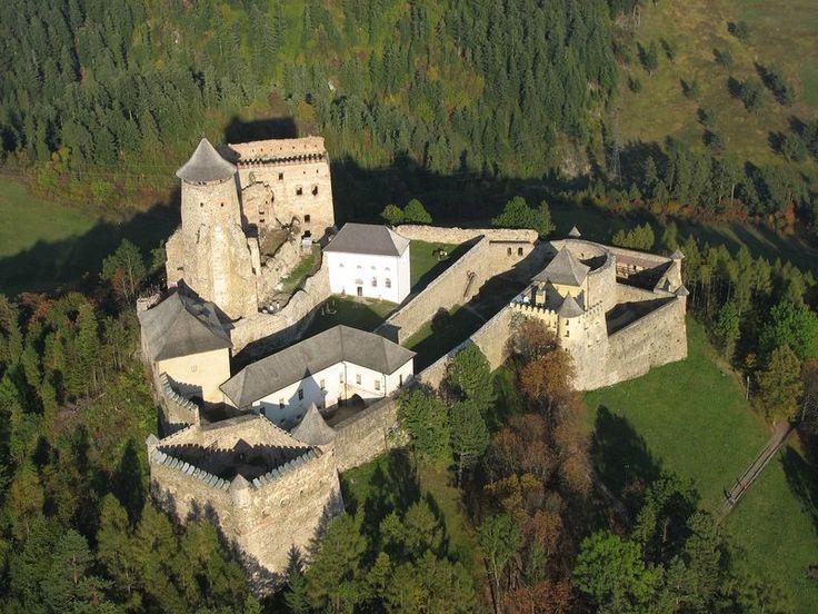Ľubovňanský  hrad je na severu Slovenska, tyčící se nad městem Stará Ľubovňa.Vznik  je kladen do druhé poloviny 13. století, resp. na počátek 14. století. Hrad vznikl jako hraniční strážní hrad, chránící obchodní cesty do Polska. Od 30. července do 30. září 2005 byly na hradě vystaveny repliky polských korunovačních klenotů, které zde byly v letech 1655 až 1661 uschovány v době švédsko-polské války (originály byly roztaveny Prusy na počátku 19. století).
