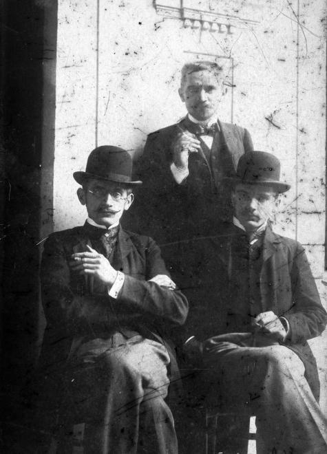 Garay utca 23., Cholnoky Ferenc, középen Cholnoky Jenő, jobbra Cholnoky László