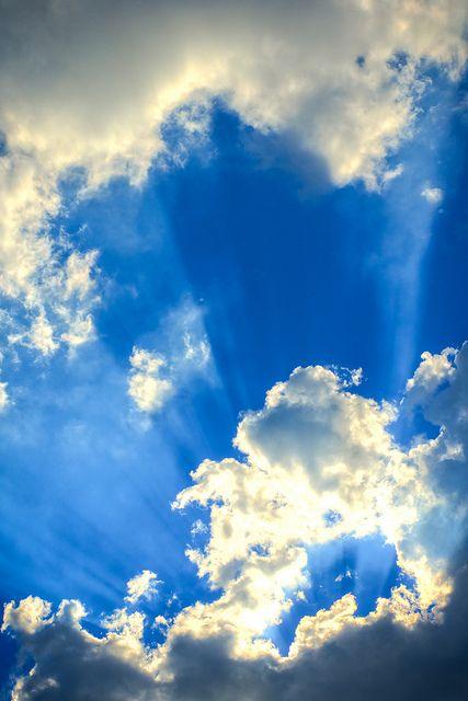 Salmo 135:5 -7 Porque yo sé que Jehová es grande, y el Señor nuestro, mayor que todos los dioses. Todo lo que Jehová quiere, lo hace, en los cielos y en la tierra, en los mares y en todos los abismos. Hace subir las nubes de los extremos de la tierra; Hace los relámpagos para la lluvia; Saca de sus depósitos los vientos. ♔