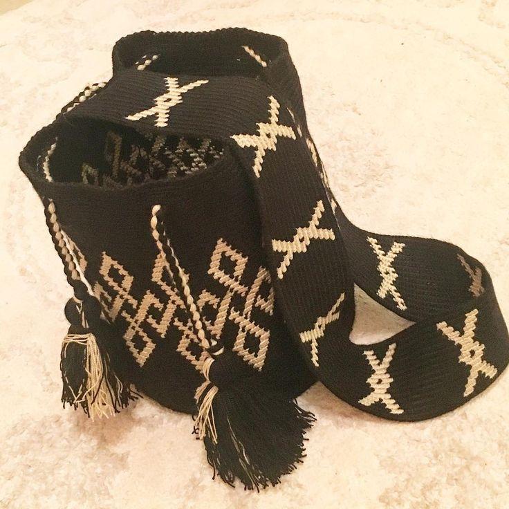Merhabaaaa evet bu askı başka 1 m zincir çektim ve enine sık iğne ile motif çalıştım her sona geldiğimde ipleri kestim tekrar enbaştan her yeni sıra önyüzden başlayarak çalıştım soracak olanlara bilgii #crochet #elişi #bag #renkleri #kış #wayuustyle #tapestrycrochet @aliomermeycan çantamız hazıırr