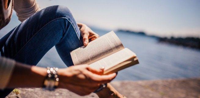 Mamy dla Was 9 propozycji książkowych, które musicie zabrać ze sobą na tegoroczne wakacje. Umilą leżenie na plaży, nad jeziorem czy na jednej z górskich hal. Więcej na: kobiecosc.info.