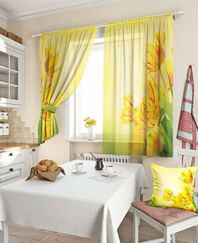 Кухня — прекрасное место для экспериментов с цветом и декором штор. Здесь можно повесить занавески с броскими яркими пятнами и необычными аппликациями, а также хорошо будут смотреться фантазийные орнаменты. Цветовая гамма штор прежде всего должна нравиться, и отталкиваясь от этого необходимо подбирать те оттенки, которые будут наиболее гармоничны в дизайне кухни.