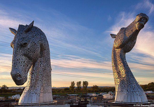 O projeto foi aprovado há sete anos, mas só agora ganha vida – The Kelpies é o nome de uma escultura constituído por duas gigantes cabeças de cavalo, na entrada do canal Forth and Clyde, em Falkirk, na Escócia. Os Kelpies são cavalos da mitologia Celta e a obra é imponente: cada cabeça tem 30 metros de altura e pesa 300 toneladas. O autor é Andy Scott, conhecido por suas notáveis obras de engenharia, que garante que as duas estruturas serão iluminadas por dentro e por fora, o que promete um…