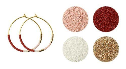 Til disse øreringe er der brugt følgende materialer:  1 par hoops 30mm i forgyldt sterlingsølv delica bordeaux rød DB0378V delica renhvid DB0200V delica lys sand DB0354V delica køligguld DB0034V