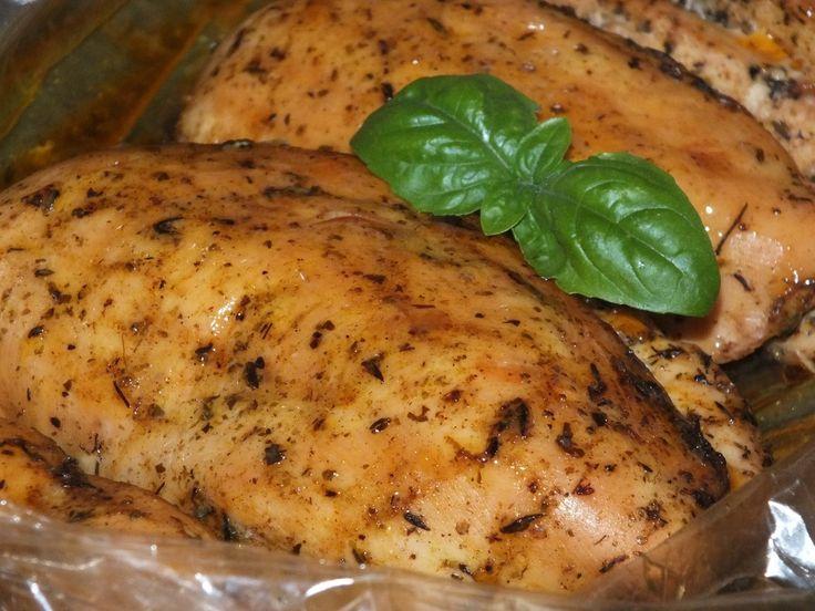 Aromatyczny filet z kurczaka - brzmi kusząco powiem Wam :)  To przyprawione aromatycznymi przyprawami + potrzebny do zamarynowania mięsa olej - i w takiej formie przechowujemy pojedyncze piersi kurczaka w lodówce przez całą noc. Przepis na aromatyczny filet z kurczaka.