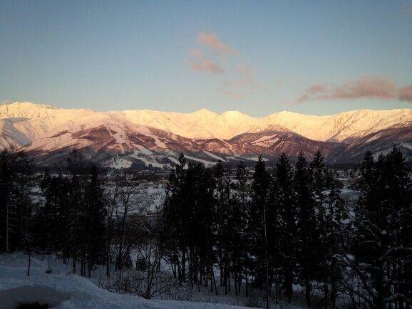 ロビーから見る冬の朝焼け