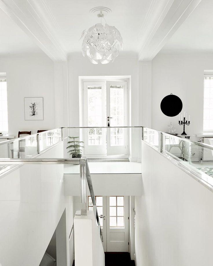 Eteisestä ylempään kerrokseen johtava portaikko tuo keskelle valkeaa unelmaa, joka suorastaan kylpee valossa.