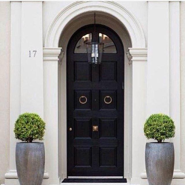 Yes please... #makeanenterance #inspiration #blackdoor #lantern #interiordesign #luxuryliving