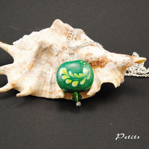 Foglie: catenina argentata con perla a lume in vetro di murano verde scuro e decoro verde chiaro e bianco - lampwork di LampworkAndMore