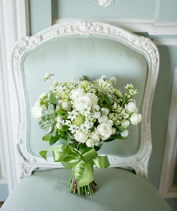 Bouquet de noiva clássico - verde e branco com rosas, suculentas, ornintogalo,  ( Foto: Rodrigo Sack )