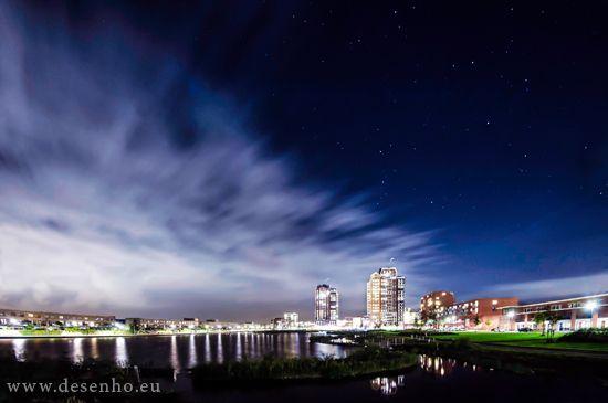 Stars & Clouds. Nachtfotografie in Zoetermeer - Oosterheem door Ricardo Bouman.  www.desenho.eu