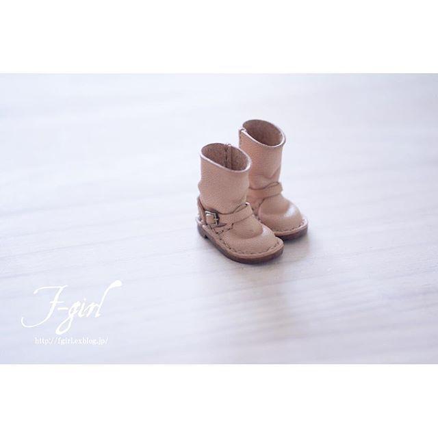 Miniature Leather engineerboots for neoblythe👢✨ . おはようございます☺️ 最近、早起き頑張ってます✌️ と言っても2日目(笑) そのせいか、家事ひと段落してホッとすると一気に眠気が来てしまいます(笑) 今朝も眠気と葛藤中😪💤 素敵な土曜日をお過ごしくださいね💗 . . . ❄︎❄︎❄︎ Blog👉http://fgirl.exblog.jp English site👉https://www.iichi.com/people/F-girl Leather miniature work👉 #fgirlyama Alternative account👉 @yamachanphoto ❄︎❄︎❄︎ #ハンドメイド #鹿児島 #ミニチュアブーツ #handmade #ブライス #handmadeaccessory #ミニチュア #blythedoll #blythe #leathercraft #レザークラフト #dollclothes #boots #革靴 #instadoll #miniatures…