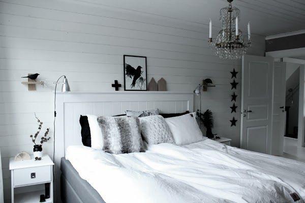 Skönare med lamporna vid sidan om?  helhetsbild renoverat sovrum, sovrum i svart och vitt, sängbord, vit liggande panel, vita sängkläder, kuddar i svart och vitt, koltrast, korp, svarta fåglar, inreda med fåglar, artprints, prints, poster, tavlor sovrum, heltäckningsmatta, vita spegeldörrar, kristallkrona i sovrummet, lampa sovrum, sänglampor, klämspot, ikea, inspiration, vitt och grått sovrum, diy inredning, sova butiken, stjärnor som dekoration, göra egna stjärnor, diy, pyssel, varberg