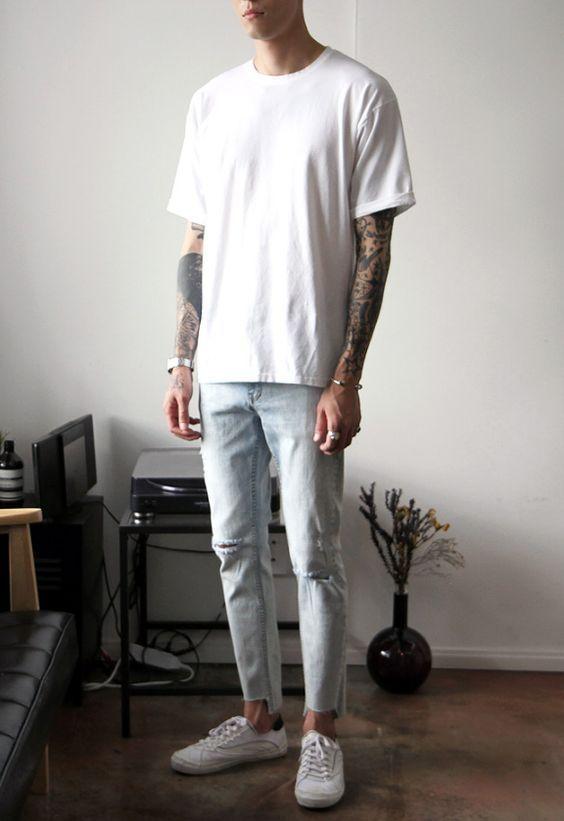 Macho Moda - Blog de Moda Masculina: Calça Jeans Masculina: 3 modelos que estão em alta pro Verão 2017, Moda Masculina, Roupa de Homem, Moda para Homens, Calça Jeans, Calça Skinny, Calça Cropped, Camiseta Lisa Branca, Sneaker Branco, Tênis Branco, Sockless