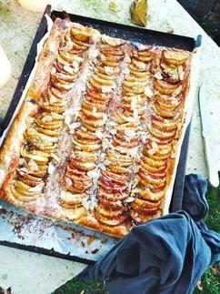 Deze geweldige appel plaattaart staat met 5 minuten in de oven! Recept via Made by Ellen