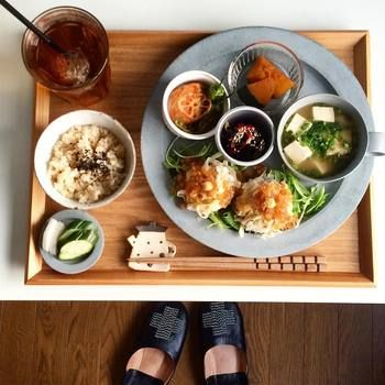 イイホシユミコさんのほっこりとした優しさ感じるアンジュールシリーズにも豆皿サイズがあります。大小合わせて優しい食卓の完成です。