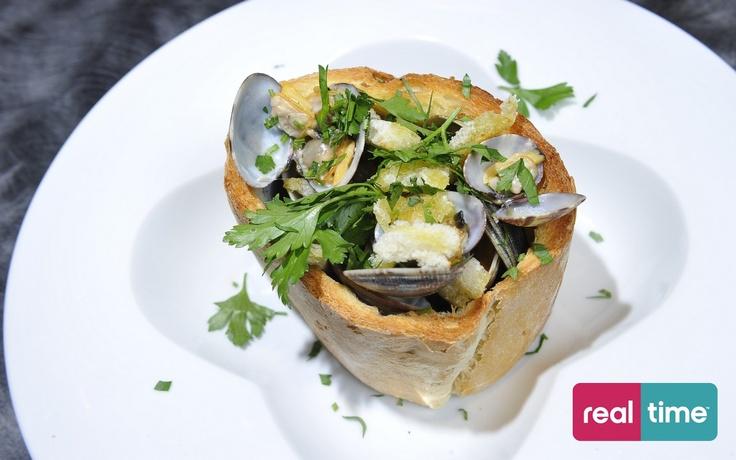 Real Time è: Cucina Con Ale con Alessandro Borghese. Vongole nel nido. Guarda la ricetta su www.realtimetv.it/web/cucina-con-ale