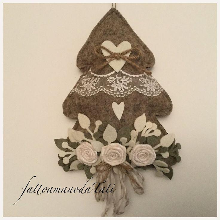Albero decorato in lana cotta con tre rose e pizzo, by fattoamanodaTati, 27,00 € su misshobby.com