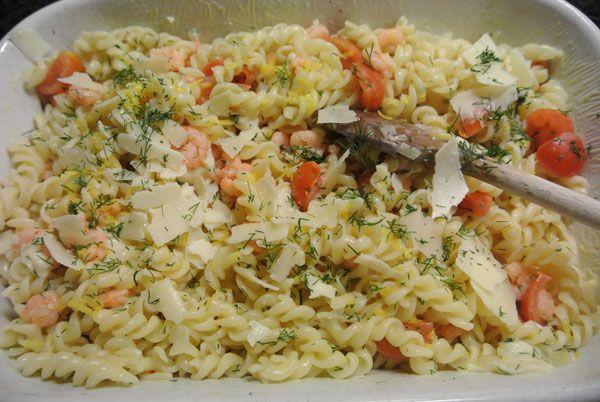 Macaroni met ham en kaas maar dan net anders.... Fusili met garnalen en tomaten. Smakelijk en makkelijk te maken!    35 minuten Makkelijk 0 - 5 euro pp   Ingrediënten voor 4 personen: 300 gr fusili 300 gr kleine roze garnaaltjes 1 ui 1 citroen 250 gr cherry tomaatjes