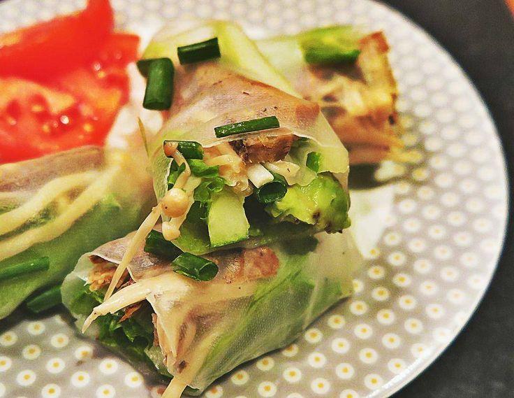 Вкусная закуска которая спасает когда мало времени на приготовление еды а если заменить грибы на ассорти из овощей то закуска получится еще более быстрой в приготовлении. В моем случае начинка из грибов и спелого авокадо дает насыщенный вкус делает спринг роллы сочными и питательными :) Ингредиенты: Рисовые листы для спринг роллов 1 спелый авокадо нарезать на ломтики 100 гр любых грибов (у меня были ферментированные шиитаке и эноки) несколько перьев зеленого лука листья салата 1 томат…