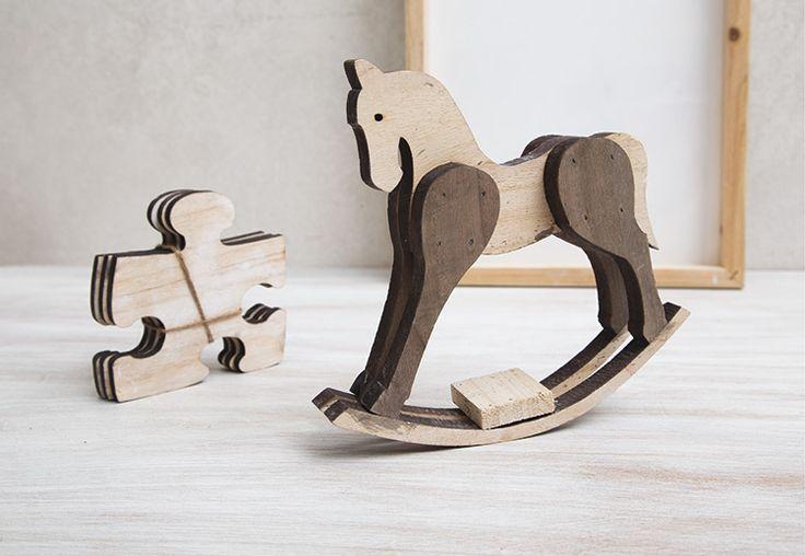 Ξύλινο αλογάκι και κομμάτια παζλ