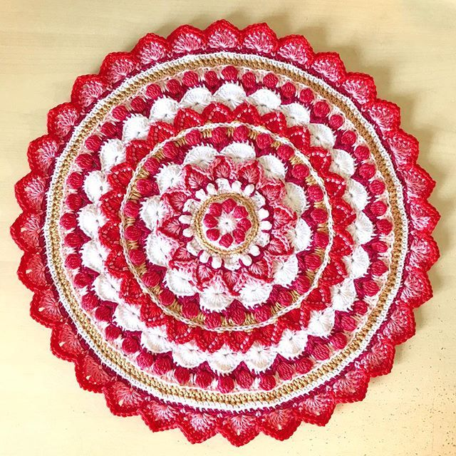 The top of my #marrakechcushion is finished. Now I'm starting the sides. Pattern by @mobiusgirl, picture by @suregal27