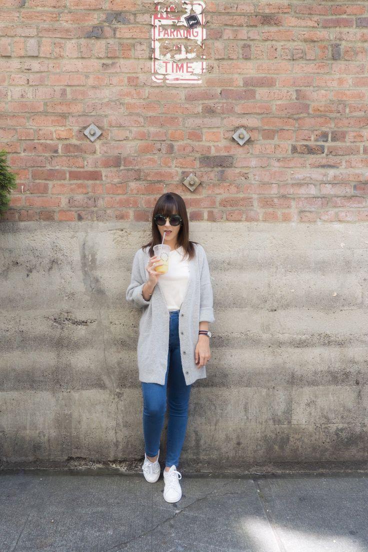 Look comfy e básico da Dani Nocce para o primeiro dia em Seattle - jeans, tênis e cardigã longo cinza
