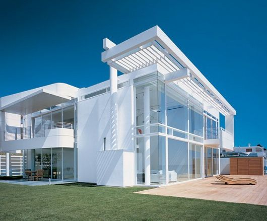 California beach house by Meier and Palladino, intense white and ocean