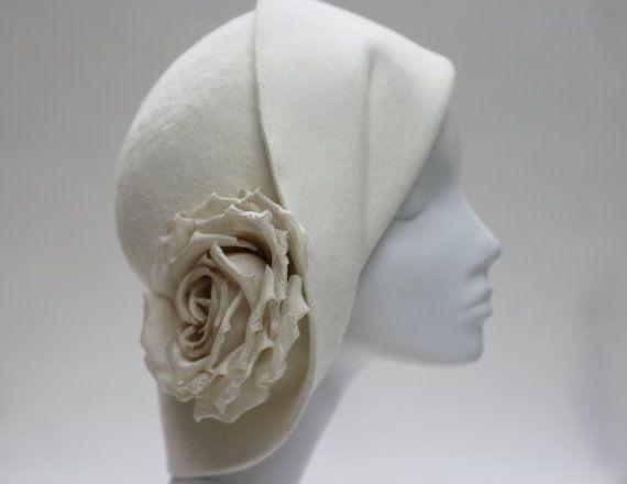 Chapeau Cloche sculpturale belle w / soie Rose par AndTheyLovedHats                                                                                                                                                                                 Plus