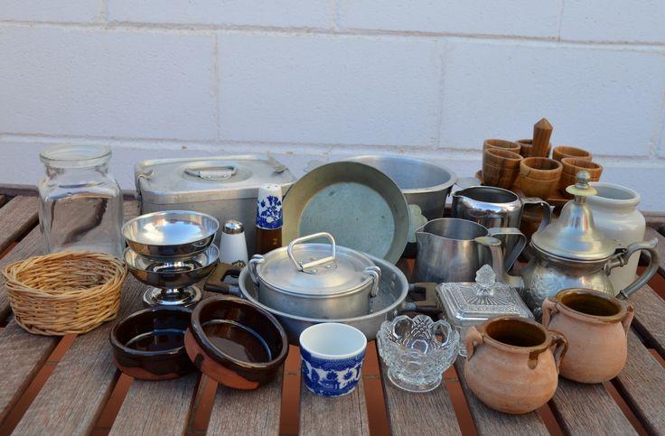 Objetos del hogar para jugar, experimentar... en principio serán para una cocinita al aire libre.