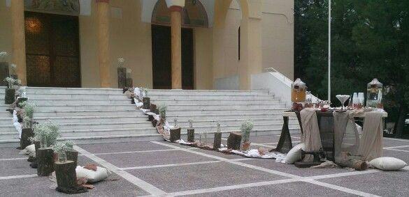 Εξωτερικος στολισμος εκκλησιας με κορμους