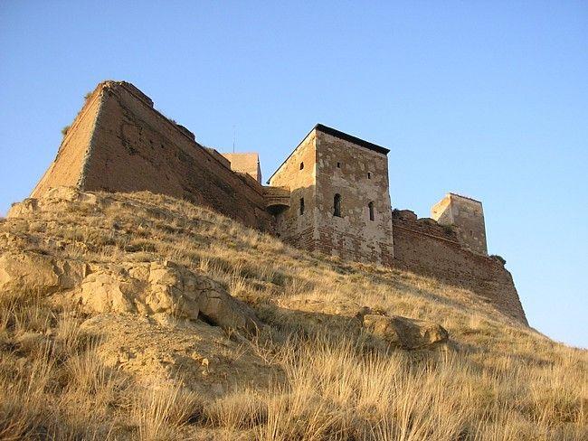 Castillo de Monzón (Huesca). De origen árabe (Siglo X) pasa a manos cristianas en 1089 al ser conquistada la población por Sancho Ramírez. En 1143 el castillo es cedido a la orden del Temple y es completado con la adición de murallas, torres, caballerizas, refectorio y dormitorios. El rey Jaime I residió durante su niñez en la fortaleza protegido por los templarios. Tras ser sitiado en 1309 por Jaime II, pasó a ser de los Hospitalarios.