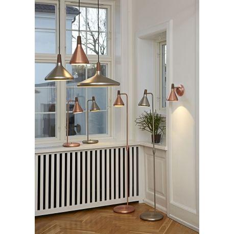 Stylowa wisząca lampa Float to doskonała forma oświetlenia nowoczesnych i industrialnych wnętrz. Interesujący wygląd i kształt zapewni funkcjonalne i dekoracyjne oświetlenie kuchni i jadalni. Z wnętrza klosza wydobywa się nieoślepiające światło, które ładnie podkreśla całe wnętrze. Lampa dostępna w dwóch kolorach.