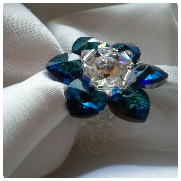Gyűrű inspiráció #Swarovski SZÍV medálokból, és Xilion Bicone kristály gyöngyökből.  Az ékszert Illésné Klementisz Angéla készítette.