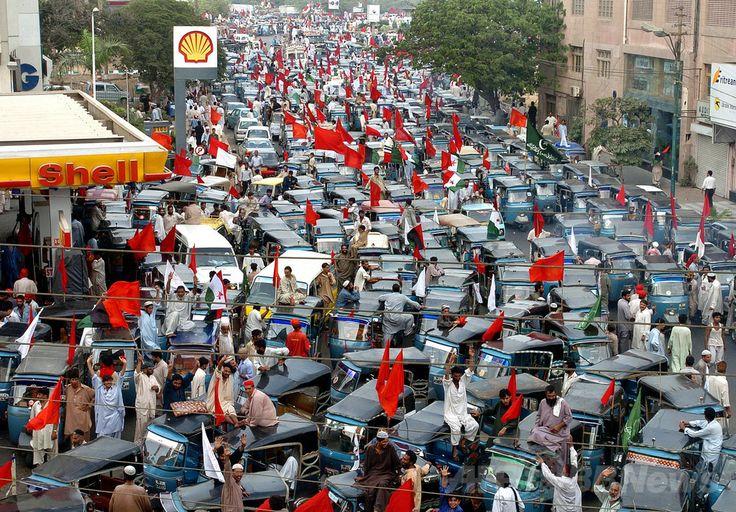 パキスタン・カラチ(Karachi)道路を埋め尽くす原動機付き軽三輪車(2014年5月13日撮影)。(c)AFP/Rizwan TABASSUM ▼14May2014AFP|2サイクルスクーターは「重大な大気汚染源」、研究 http://www.afpbb.com/articles/-/3014880 #Karachi #Three_wheeled_car