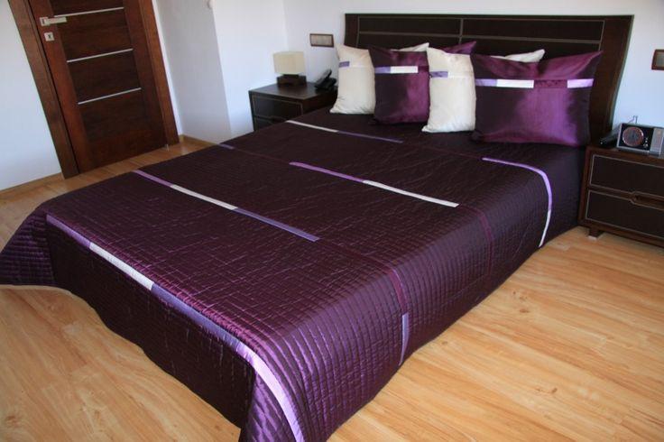 Prehoz na posteľ tmavofialovej farby s pruhmi