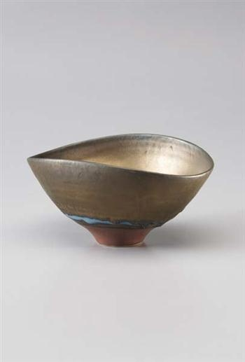 Lucie Rie: Oval bowl, Porcelain, bright gold manganese, turquoise and dry terra-cotta glazes. 17 cm. (6 5/8 in.) diameter, c.1986