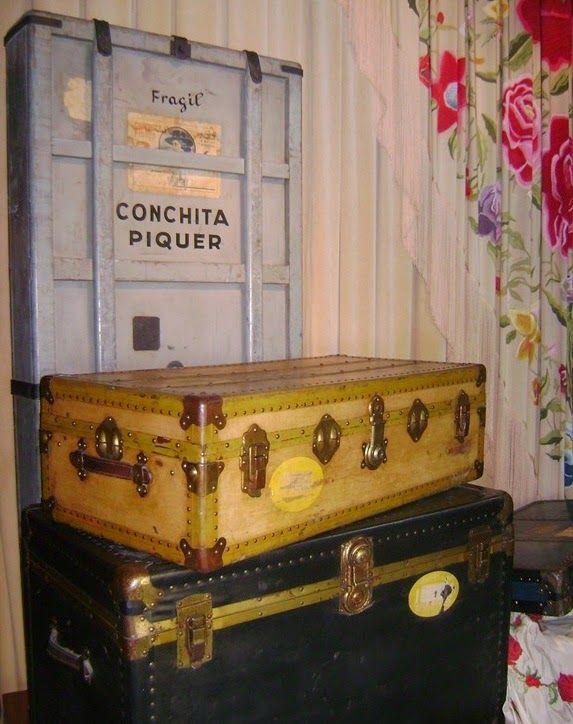 """LOS BAÚLES DE LA PIQUER   Interior de alguno de los baúles de la artista  Es famosa la frase: """"¡Viajas más que el baúl de la Piquer!"""" y es que su baúl, es decir, sus baúles la acompañaban transportando, no sólo su ropa de teatro y personal, sino todo el ajuar de una casa (sábanas, manteles, cortinas, vajilla, cristalería) ya que tenía por costumbre, en donde fuese de gira, alquilar una vivienda; hasta su marido llevaba dos baúles cargados con bidones de aceite de oliva"""