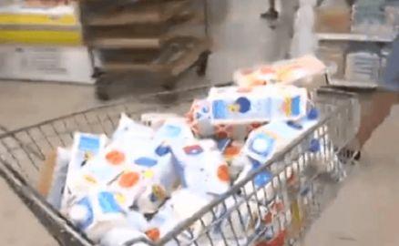 """Жара: украинские супермаркеты наполнила испорченная продукция (ВИДЕО) http://dneprcity.net/ukraine/zhara-ukrainskie-supermarkety-napolnila-isporchennaya-produkciya-video/  В жару киевлянам в столичных супермаркетах пытаются продать множество испорченных продуктов. Об этом сообщает ТСН. В основном это скоропортящиеся товары – молочка, мясо и рыба. """"Сейчас люди всем интересуются. Сроками,"""