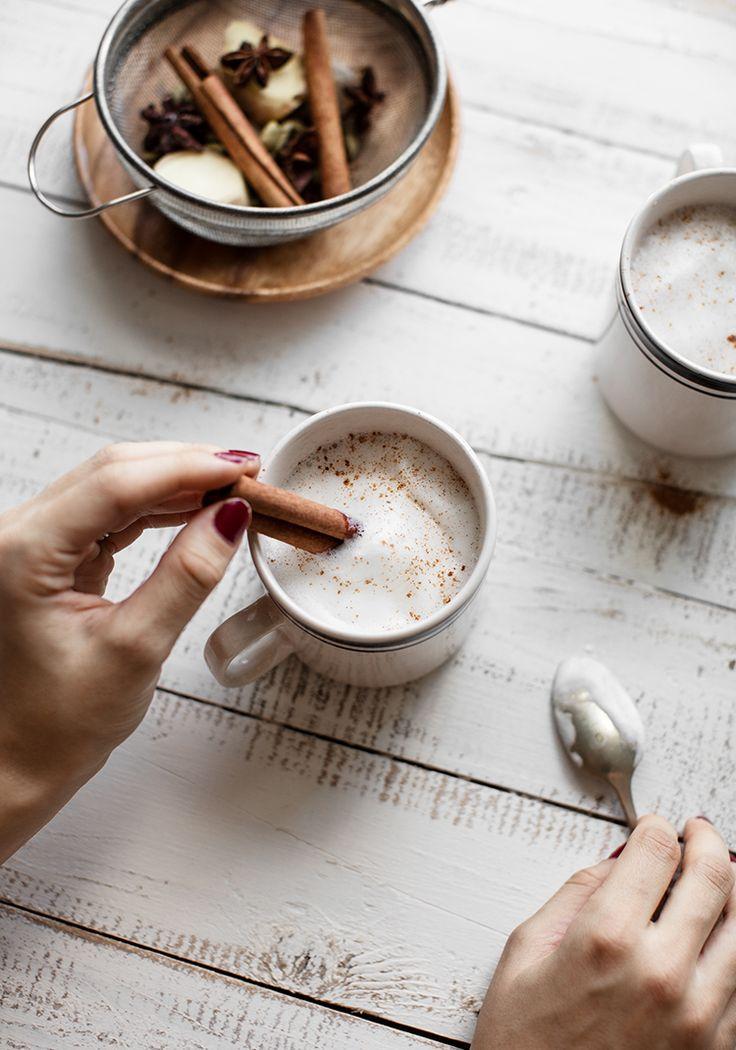 Je me suis inspirée de la recette de ma belle-sœur (qui fait le meilleur chai latte de l'univers) pour vous présenter ceci.  J'aime bien le servir avec une belle mousse à la cannelle réalisée à l'aide d'un mousseur. Pour ce faire, il suffit de faire chauffer votre lait avec une pincée de cannelle et une petite touche de sirop d'érable.