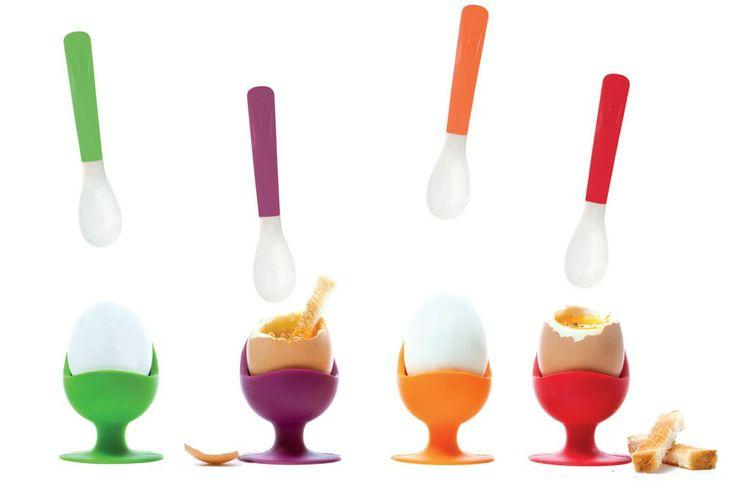Het wordt een feestelijk ontbijt met de leuke, gekleurde set van eierdopjes en eierlepel van Siliconezone.