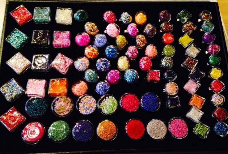 Glasringe mit Perlen gefüllt