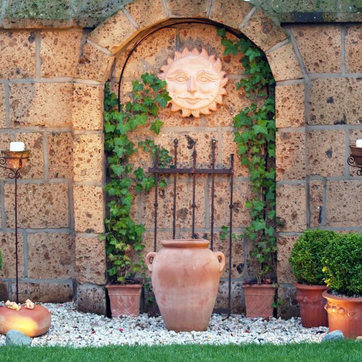 Dekorierte Gartenmauer