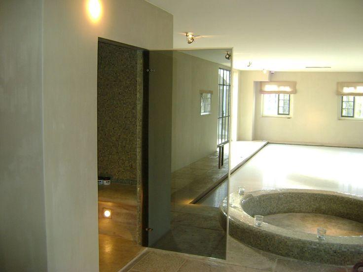In een mooie, strakke badkamer kunnen glazen douchedeuren uiteraard niet ontbreken. Glazen douchedeuren zijn gemakkelijk in het onderhoud en slijten nauwelijks, waardoor u deze niet hoeft te vervangen.