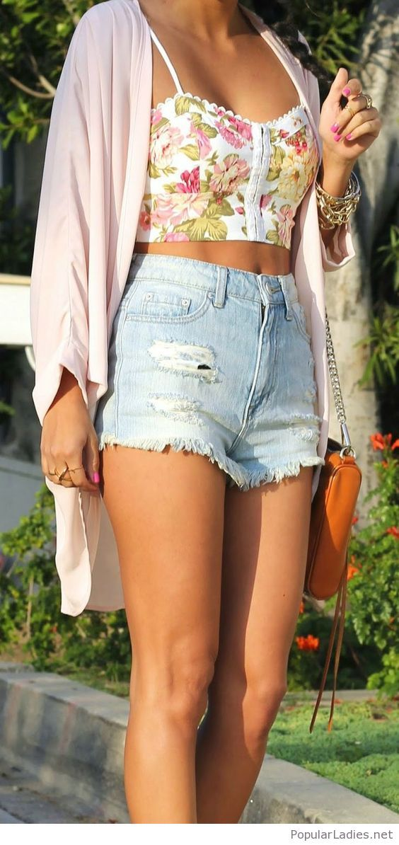 Sweet floral crop top, short jeans and nude cardi